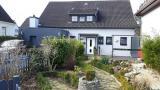 Das idyllische Haus liegt zentral, aber dennoch im ruhigen Ortsrand in 31535 Neustadt